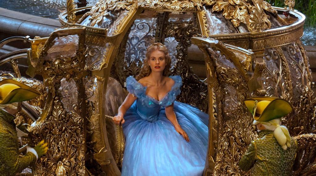 Review Cinderella 2015-Review Frozen Fever-Cinderella-stapt-uit-de-koets