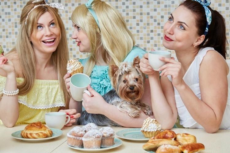 Moeders-die-op-hun-telefoon-kijken-GoodGirlsCompany