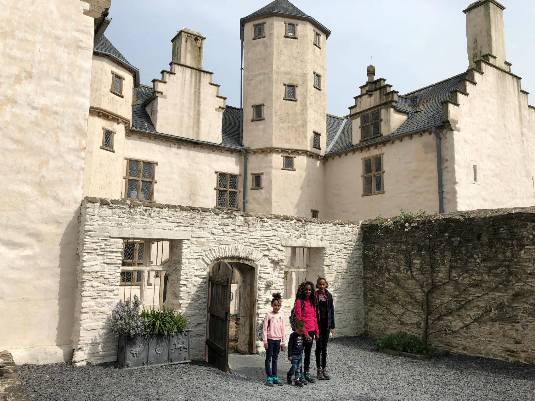 Plas Mawr met kinderen verkleden in Elizabethaans koopmanshuis