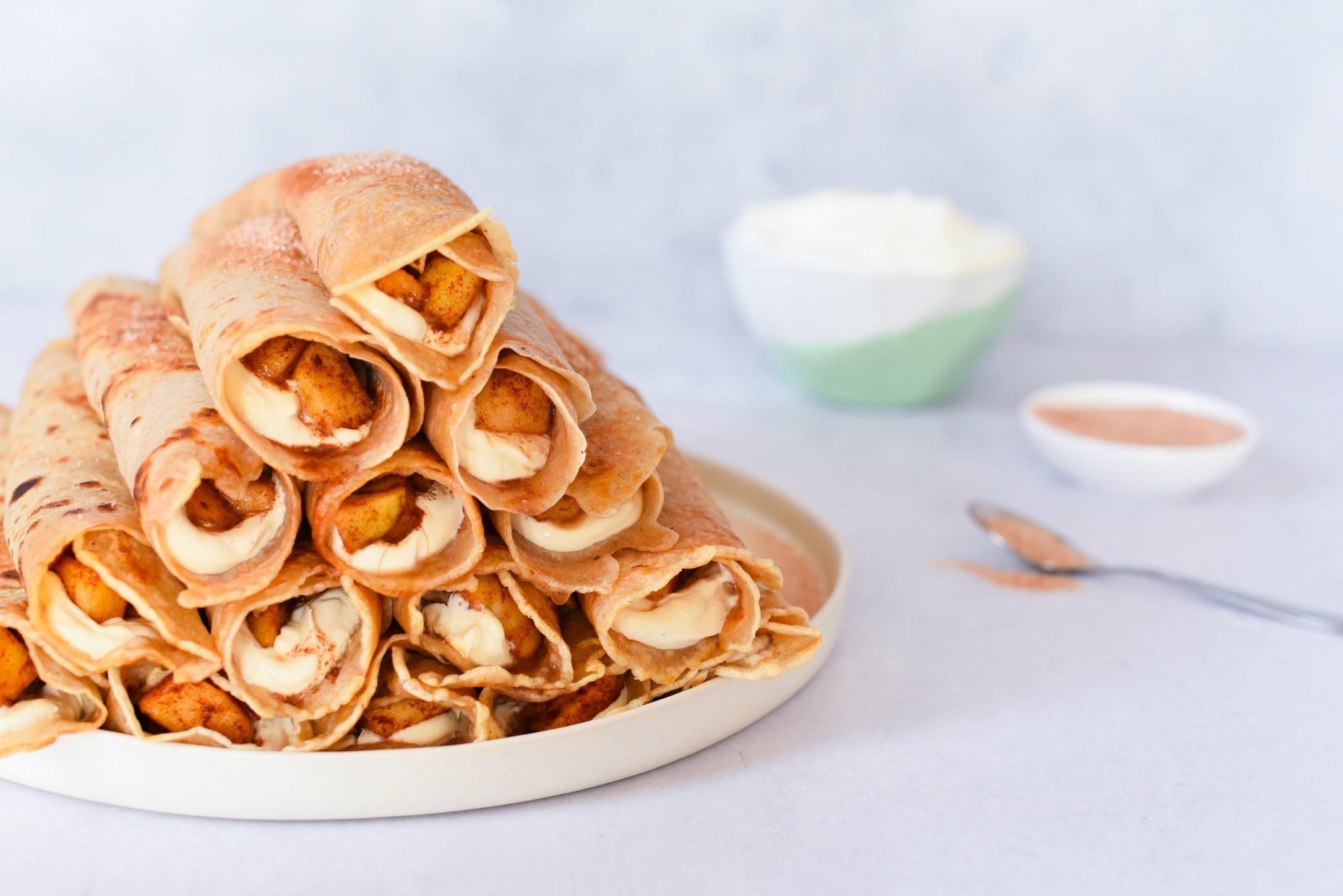 Appel-kaneel crêpes met vanille-room